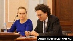 Advokatlar Marina Agaltsova (soldan) ve Kirill Koroteyev (sağdan) Rusiye Yuqarı mahkemesinde, 2016 senesi sentâbr 29 künü