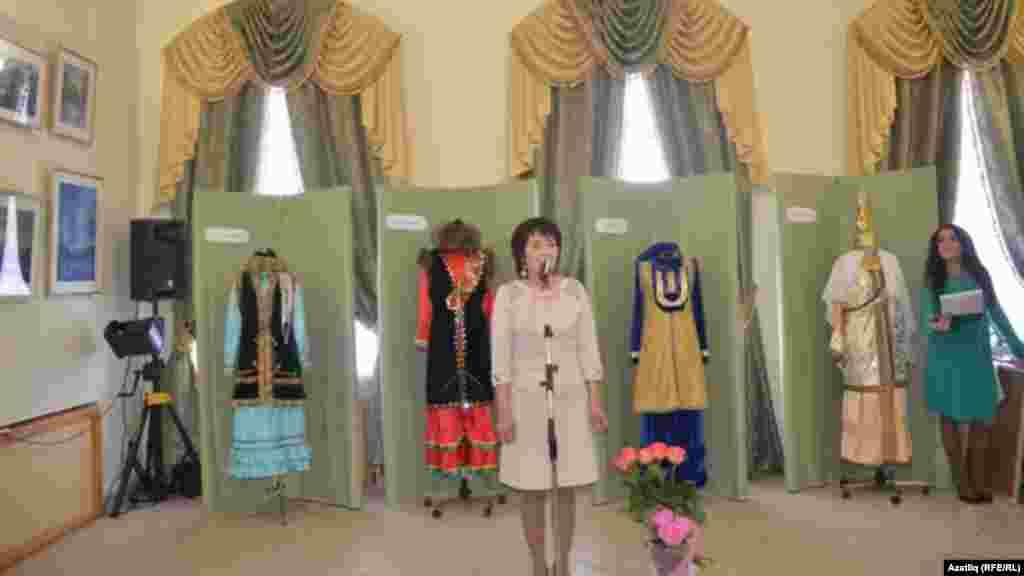 Ольга Бакиева үзе иҗат иткән милли киемнәр янында