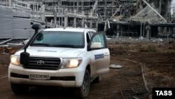 Машина СММ ОБСЄ коло Донецького аеропорту