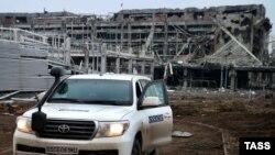 Автомобиль мониторинговой миссии ОБСЕ в районе разрушенного аэропорта Донецка. 4 марта 2015 года.