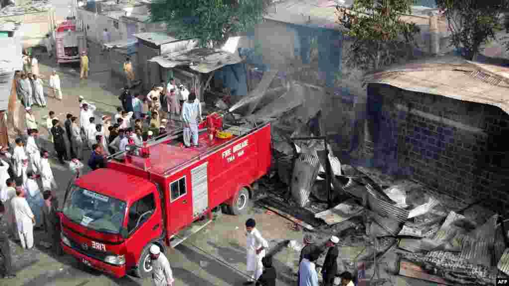 У Пакистані пожежники гасять будівлю, підпалену демонстрантами проти фільму, в містечку Вараї в регіоні Верхній Дір, 17 вересня 2012 року