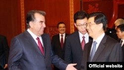 Tajikistan -- Tajik President Emomali Rahmon (L) with his Chinese counterpart Hu Jintao, where?, 05Jun2012