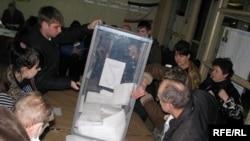 Украинанын Симферопол шаарындагы добуш берүү бекетинде. 2010-жылдын 17-январы.