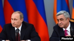 Armenia - President Serzh Sarkisian and his visiting Russian counterpart Vladimir Putin at a joint news conference in Yerevan, 2Dec2013.