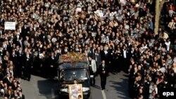 ده ها هزار تن از همراهان جنازه هرانت دينک روزنامه نگار ارمنی، ۸ کيلومتر مسافت ميدان شيشلی تا بالکل را پای پياده پيمودند