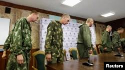 Затримані російські військові на прес-конференції в Києві, фото 27 серпня 2014 року