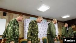 Задержанные российские десантники перед пресс-конференцией в Киеве