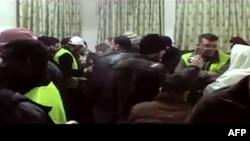 Наблюдатели от Арабской лиги говорят с жителями Арихи. Сирия, 16 января 2012 года.