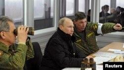 Prezident Vladimir Putin hərbi təlimləri izləyir - 3 mart 2014