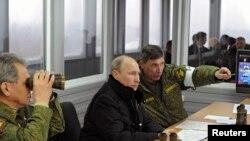 Vladimir Putin hərbi təlimləri izləyir.