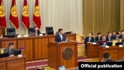 Премьер-министр Мухаммедкалый Абылгазиев республикалык бюджет боюнча баяндама жасап жаткан учуру. 14-ноябрь, 2019-жыл.