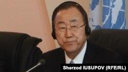 БҰҰ бас хатшысы Пан Ги Мун Қырғызстанға сапары кезінде. Ош, 11 маусым 2015 жыл.
