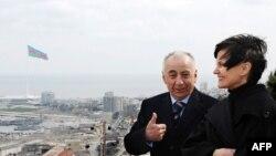 Hacıbala Abutalıbov İsveçrə Prezidenti Mişelin Kalmi-Rey (sağ) Bakı haqqında danışır, 14 mart 2011