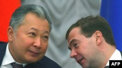 Kyrgyz President Kurmanbek Bakiev talks to President Dmitry Medvedev during a signing ceremony in Moscow, 03Feb2009