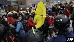 Ցուցարարների և ոստիկանների միջև բախումը Հոնկոնգում, 1-ը դեկտեմբերի, 2014թ․