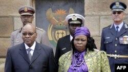 همسر اول زوما، در کنار او در مراسم سوگند ریاست جمهوری