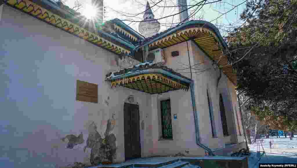 Кухонний корпус-флігель при графському маєтку зведений у східному стилі. Нині тут розміщується філія «Інституту археології Криму». Фасад будівлі явно потребує ремонту