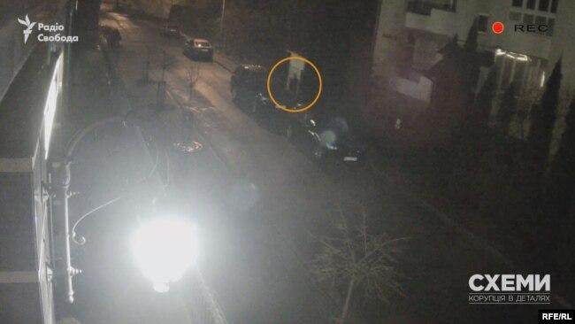 Він втікає Кубанською у напрямку вулиці Василя Стуса