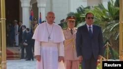 Papa Franjo sa egipatskim predsjednikom Abdel-Fatah al-Sisijem u Kairu 28. aprila 2017.