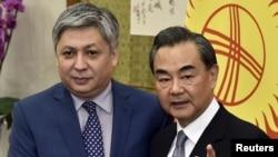 Кыргызстандын тышкы иштер министри Эрлан Абдылдаев менен Кытайдын тышкы иштер министри Ван И. 27-апрель, 2016-жыл