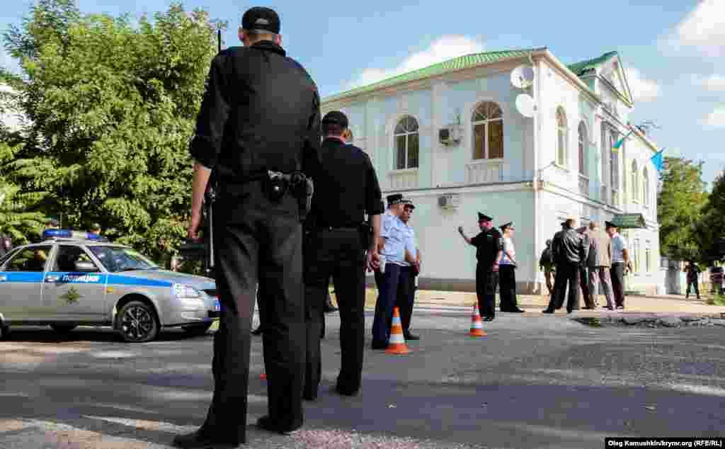 Tahminlerge köre, Meclis binasında yasaqlanğan islam kitaplarnı qıdırıp, vesiqalarnı tahliye eteler.