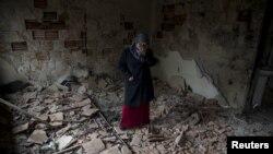 Një grua brenda shtëpisë së saj të rrënuar në Kumanovë.