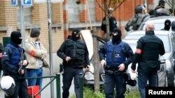 Белгиската полиција за време на акцијата во квартот Моленбеек.