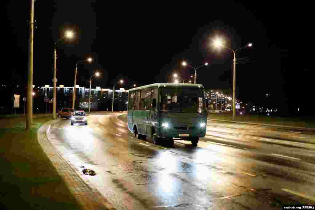 У 22.15 аўтобусы сталі пакідаць паркоўку і рушылі ў бок праспэкту Пераможцаў
