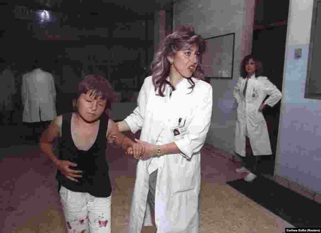 دختری زخمی در بیمارستان سارایوو، سوم اوت ۱۹۹۲. به گزارش سازمان ملل و در یک روز بیش از سه هزار شلیک توپ به سمت شهر انجام شد