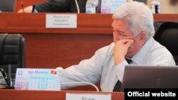 """""""Ар-намыс"""" партиясының жетекшісі, депутат Феликс Кулов парламент отырсында. Бішкек, 5 шілде 2012 жыл. (Көрнекі сурет)."""