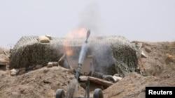 Luftëtarët e Forcave Demokratike Siriane në një pozicion në afërsi të qytetit Raka