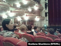«Астана Опера» театрына келген көрермендер. Астана, 30 маусым 2014 жыл.