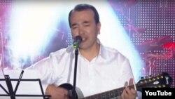 Озодбек Назарбеков Бобурхонлик кечасида гитара чалмоқда