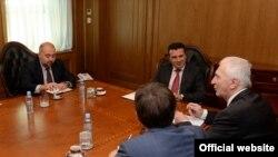 Архивска фотографија - Премиерот Зоран Заев се сретна со рускиот амбасадор во Македонија Олег Шчербак, 19 октомври 2017.