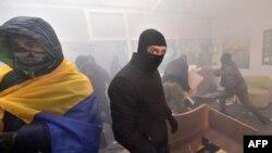 Ультраправые активисты в разгромленном отделении Сбербанка в Киеве. 21 ноября 2016 года.