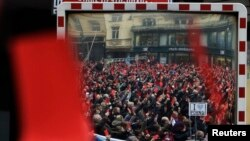 Sa protesnog skupa u Pragu, crveni karton predsjedniku Milošu Zemanu, 2014.