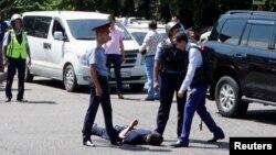 Полиция қызметкерлері шабуылдан соң қала орталығында ер адамды тұтқындап жатыр. Алматы, 18 шілде 2018 жыл.