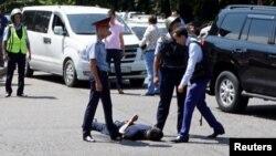 Казак полициячылар кылмышка шектүү адамды кармап жаткан учуру. 18-июль, 2016.