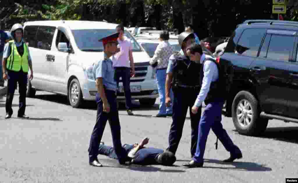 Позже МВД сообщило о задержании подозреваемого. На оперативном заседании Совета безопасности в Астане министр внутренних дел Калмуханбет Касымов изложил версию произошедшего, сообщив, что нападения совершил один человек. Ранее полиция информировала о задержании двух человек, подозреваемых в причастности к стрельбе. По данным Касымова, второй задержанный был водителем, который предположительно под угрозой применения оружия вынужден был подвезти подозреваемого в стрельбе.