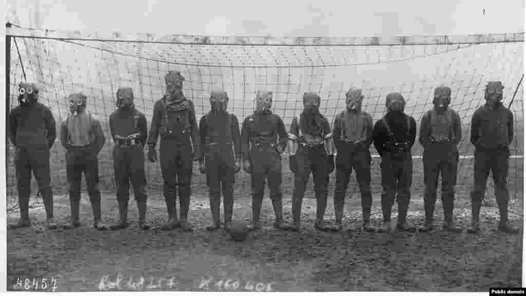 Футбольная команда британских солдат надела противогазы во Франции в 1916 году.