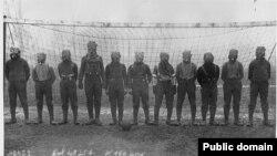 Ekipi futbollistik britanik me gaz-maska gjatë Luftës së Parë Botërore, diku Francën veriore, 1916.