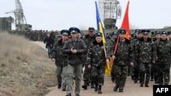 Украінскія вайскоўцы ідуць на сваю базу ў Бэльбэку 4 сакавіка
