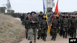Українські військові йдуть до своєї авіабази у Бельбеку поблизу Севастополя, 4 березня 2014 року