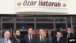 """Presidenti francez, Nikolas Sarkozi, duke folur para shkollës hebraike """"Ozar Hatorah"""" - vendit ku ka ndodhur krimi."""