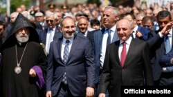 Nagorno-Karabakh -- Armenian Prime Minister Nikol Pashinin (C) and Karabakh President Bako Sahakian (R) lead a festive March in Stepanakert, May 9, 2019.