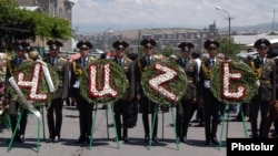 Armenia - An honor guard carriers wreathes during the funeral of military doctor Vahe Avetian in Yerevan, 2Jul2012.