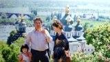 Чыңгыз Айтматов жубайы Мария Урматова жана кызы Ширин менен Киевде. Украина.