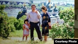 """Айтматовго арналган көргөзмөгө коюлган бул сүрөттү """"Азаттыкка"""" Украинадагы кыргыз элчилиги сунуштады."""