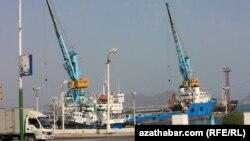 Türkmenbaşy şäheriniň deňiz portunda, 2010-njy ýyl.