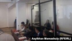 Режиссер Талғад Жаныбеков сот залында камерада отыр. Алматы, 9 наурыз 2017 жыл.
